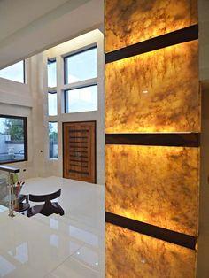 Custom Wall Decor with Wooden Seperators Columns Decor, Interior Columns, Stone Interior, Alabaster Sheet, Geode Decor, Feature Wall Design, Pintura Exterior, Onyx Marble, Column Design
