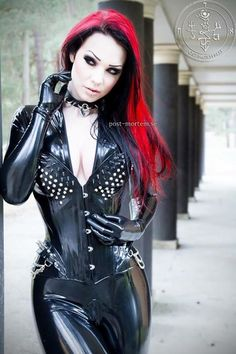 Beautiful shiny objects of lust Dark Beauty, Gothic Beauty, Gothic Art, Looking For A Girlfriend, Latex Babe, Latex Girls, Latex Fashion, Fetish Fashion, Catsuit