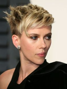 Scarlett Johansson Photos Photos - US actress Scarlett Johansson poses as she arrives to the Vanity Fair Party following the 88th Academy Awards at The Wallis Annenberg Center for the Performing Arts in Beverly Hills, California, on February 26, 2017.  / AFP / JEAN-BAPTISTE LACROIX - 2017 Vanity Fair Oscar Party Hosted By Graydon Carter - Arrivals