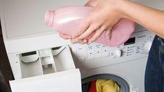 Det är enkelt att göra eget sköljmedel! Vi har receptet som ger minst lika bra resultat som när du använder sköljmedel som du köper i affärerna! Diy Cleaning Products, Cleaning Hacks, Bra Hacks, Home Hacks, Sustainable Living, Homemaking, Clean House, Body Care, Washing Machine