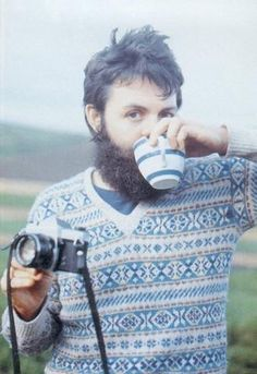 Paul Mc Cartney : Paul Mc Cartney with his Pentax Spotmatic, drinking a coffee | tomtom122