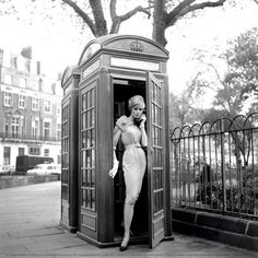 Lucinda Hollingsworth, London, 1959. Photo by Georges Dambier.