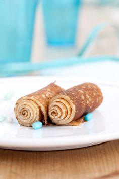 Bereiden:Breek de eieren en meng ze met de melk. Klop goed op met de klopper.Snij het vanillestokje open, schraap er met een klein mesje het merg uit en doe dit bij de melk.Mix er vervolgens de suiker en de bloem door met nog een scheutje olie en een snuifje zout.Verwarm de boter zachtjes in een pannetje tot hij volledig gesmolten is. Giet dit door het mengsel.Bak telkens een pollepel van het deeg in een scheutje geklaarde boter in een hete pan.Tip: Zo maak je de geklaarde b...