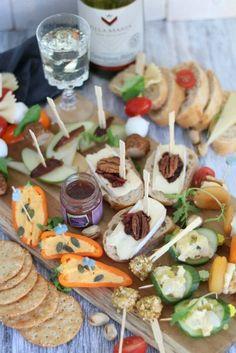 7 hapjes op een prikker. Wil je snel en makkelijk een aantal borrelhapjes op tafel zetten? Check dan dit blog met 7 hapjes recepten. Ik laat je zien hoe je met een aantal basis ingrediënten allerlei lekkere hapjes kunt maken op een prikker. Birthday Snacks, Snacks Für Party, Lunch Snacks, Appetizers For Party, Appetizer Recipes, Birthday Recipes, Veggie Snacks, Savory Snacks, High Tea Food