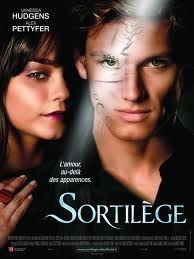 """Ce film raconte l'histoire d'un garçon prétencieux, qui ne pense qu'a lui... Pour lui faire payer de son odieux comportement, une sorcière lui jette un sort et il se transforme en....... une chose horrible. Il se cache et ne veut plus se montrer.... jusqu'au jour ou il rencontre Lindy..... Une très histoire d'amour, inspirée de """"La belle et la bête"""" qui fait passer comme message que l'amour passe au delà des apparences. Notre note: 17/20"""