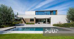 Strakke tuin met oprit gemaakt uit grote betonplaten puur
