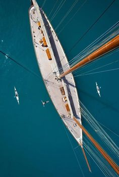 wow, beautiful lines on this yacht