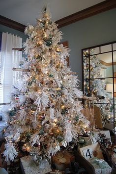 27 Vintage White Christmas Decorations Ideas - Decoration Love ideas on how to decorating a white christmas tree Flocked Christmas Trees, Beautiful Christmas Trees, Noel Christmas, Winter Christmas, Christmas Tree Decorations, Xmas Trees, Gold Decorations, Fake Trees, Christmas Displays