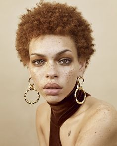 Adore these statement gold earrings with short hair. Put this babe is a crisp wh. Adore these statement gold earrings with short hair. Put this babe is a crisp white wedding dress a Short Afro, Pretty People, Beautiful People, Natural Hair Styles, Short Hair Styles, Gold Statement Earrings, Gold Earrings, Interesting Faces, Afro Hairstyles