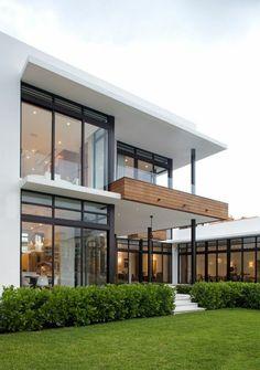 La maison contemporaine vue depuis les espaces verts