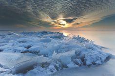 Kruiend ijs met zonsondergang Markermeer Lelystad 2012, Floating ice with Sunset Markermeer Lelystad, the Netherlands.