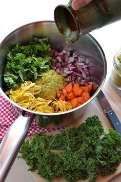 One pot pasta au chou kale {vegan} - La cuisine d'Anna et Olivia Quick Soup Recipes, Healthy Crockpot Recipes, Healthy Cooking, Healthy Dinner Recipes, Pasta Recipes, Kale Recipes Vegan, Pot Pasta, Kale Pasta, Vegan Pasta