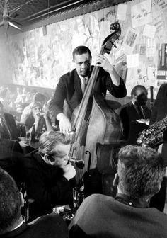 charles mingus tocar en vivo en el club de jazz 50s