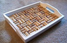 Wine Cork Serving Tray - this is one DIY project I could do {easily}. I have over two HUGE vases filled with wine corks. Wine Craft, Wine Cork Crafts, Wine Bottle Crafts, Jar Crafts, Diy Cork, Wine Cork Projects, Craft Projects, Wine Cork Art, Wine Cork Trivet