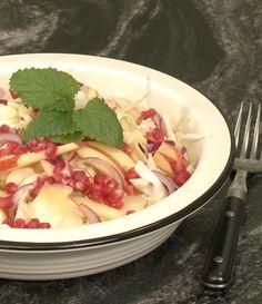 Lene Hansson viser dig her, hvordan du laver en nem og lækker spidskålssalat med æbler og granatæble toppet med en lækker dressing.
