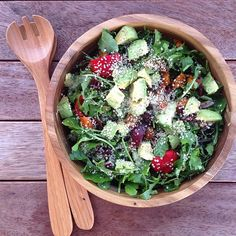 """So fresh  Rocket (arugula), oil free roasted pumpkin, baby bell peppers, alfalfa sprouts, avocado and hemp hearts  Served up with a big bowl of new…"""