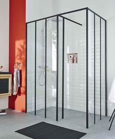 Une douche à l'italienne spacieuse style verrière