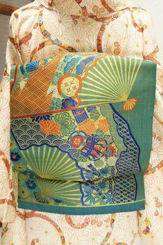 典雅な文様で飾られた大きな扇が重なりあうように織り出された大正浪漫・昭和レトロな詩情ただよう名古屋帯です。