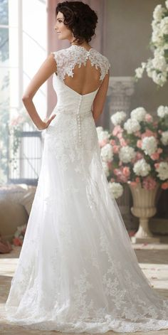 vestido de novia, bridal dress Beautiful  ... and as here, appropriate for the slightly older bride.