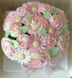 If you're thinking about serving cupcakes in lieu of a traditional tiered cake, take a look at these inventive designs to inspire your search for the perfect sweets. There are so many ways you can play up your theme and…Read more › Cupcakes Bonitos, Cupcakes Lindos, Cupcakes Flores, Pretty Cupcakes, Beautiful Cupcakes, Giant Cupcakes, Fun Cupcakes, Cupcake Gift, Cupcake Shops
