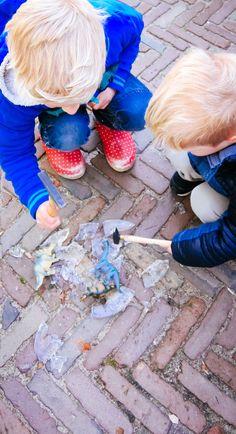 Ijs hakken met hamers- - dinosaurs- diy- diy kids- diy boys- diy ice- ijs winter- http://www.mylucie.com