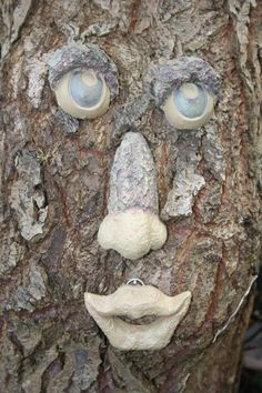 How to make tree faces from clay and natural garden materials. Your own form of wild art. Home Garden Plants, Garden Trees, Shade Garden, Garden Art, How To Make Trees, Tree People, Tree Faces, Pine Cone Decorations, Unique Trees