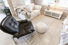 hirsitalo olohuone, livingroom, log home, scandinavian interior, retro leather chair