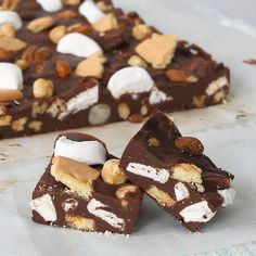 Recept voor rocky road fudge van Laura's Bakery Candy Recipes, Sweet Recipes, Baking Recipes, Cookie Recipes, I Love Food, Good Food, Yummy Food, Rocky Road Fudge, Rocky Road Recept