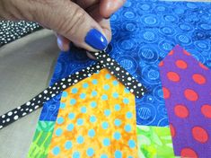 Make a raw-edge applique wall quilt with bright colors for a row of houses and flowers. Diy Quilting Patterns, House Quilt Patterns, House Quilt Block, House Quilts, Barn Quilts, Quilting Designs, Art Quilting, Patchwork Quilting, Colorful Quilts
