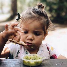 No Dia das Crianças que tal apostar em uma alimentação gostosa e ao mesmo tempo saudável para os pequenos? A Rafaela Carvalho do Blog A Maternidade transformou a guacamole em uma descoberta divertida por um novo sabor.