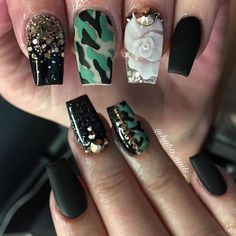 Green Nail Designs For Christmas. You don't really need to be a skilled manicurist to develop great nail designs. With some exercise, the right tools and the step-by-step lessons, you'll be putting together your own nail art very fast. Elegant Nail Designs, Elegant Nails, Nail Art Designs, Nails Design, Camouflage Nails, Camo Nails, Black Chrome Nails, White Nails, Spring Nail Art