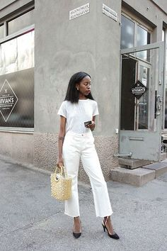 Casual White Denim Boyfriend Jeans with a simple hemp made white t-shirt is perfect for classic white denim outfits to try for women this Summer. Love this outfit you can wear with heels. All White Outfit, White Outfits, Jean Outfits, Fashion Outfits, Womens Fashion, Fashion Trends, Cheap Fashion, Fashion Bloggers, White Heels Outfit