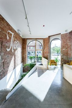 Image 1 of 25 from gallery of Ilcsi Beauty Workshop / sporaarchitects. Photograph by Balázs Danyi Architecture Desk, Architecture Details, Office Interior Design, Best Interior, Modern Entry, Australian Architecture, Brick And Mortar, Entry Foyer, Salon Design
