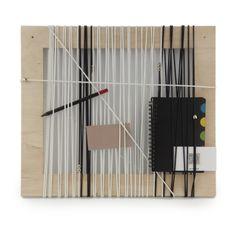 StringOut! Frame B&W - Forma naścienna, która pozwala na przechowywanie drobnych przedmiotów często wykorzystywanych w miejscu pracy, w pokoju dziecięcym, w przedpokoju lub w kuchni. STRING OUT! może pomóc nam utrzymać porządek w miejscu, gdzie drobne przedmioty nie znalazły jeszcze swojego miejsca. Gumki pozwalają utrzymać przeróżne przedmioty takie jak: długopisy, ołówki, karty, notatki, notesy itp., które można łatwo i szybko przez nie zahaczyć lub przewlec. Prosta, estetyczna dekoracja…