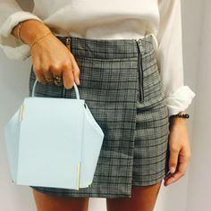 Onesixone bag Gaia blue sky / Onseixone outfit con falda de cuadros tendencia 2018 y joyas de oro  #Onesixone #outfit #faldacuadros