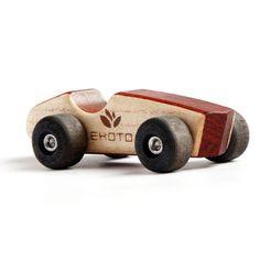 Eko lesena igrača - dirkalnik je preprosta in čista igrača z minimalističnim oblikovanjem ter kakovostno izdelavo.