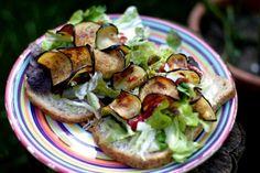 Brood met gefrituurde aubergine