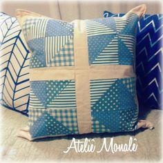 Almofada em patchwork azul.