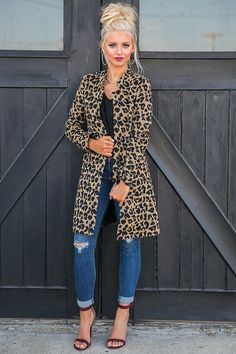 This chic leopard coat is perfect to throw on as a light, stylish addition to your outfit! This coat does not have closures and is narrow through the arms and shoulders. Moda Fashion, 50 Fashion, Winter Fashion, Fashion Looks, Fashion Outfits, Fashion Quiz, Fashion Mask, Mature Fashion, Lolita Fashion