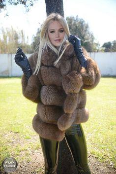 A wonderful fox fur coat for Jennfier! Jennifer Lawrence in fox fur Gloves Fashion, Fur Fashion, Womens Fashion, Style Fashion, Fox Fur Coat, Fur Coats, Black Leather Gloves, Long Gloves, Fur Jacket