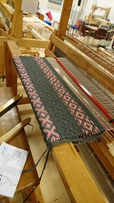 #kuviomatto #ruusukas #räsymatto. Toinen päivä, tehty 75 cm, hidasta ja reuna edelleen susi! Weaving Art, Loom Weaving, Hand Weaving, Weaving Designs, Weaving Patterns, China Painting, Weaving Techniques, Woven Rug, Handmade Rugs