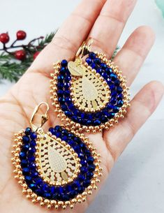 Beautiful design earrings, ideal pieces to wear on any occasion Largo 5 cm Ancho 4 cm Gemstone Earrings, Beaded Earrings, Earrings Handmade, Crochet Earrings, Hair Jewelry, Women Jewelry, Hand Work Design, Hamsa Hand, How To Make Beads