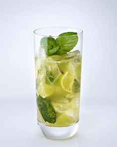 Classic Mojito Recipe DELICIOUS - Our popular recipe for classic cocktails: Mojito and over other free recipes LECKER. Rum Cocktail Recipes, Fruity Cocktails, Easy Cocktails, Classic Cocktails, Popular Cocktails, Pineapple Mojito, Pineapple Cocktail, Mojito Cocktail, Mojito Recipe