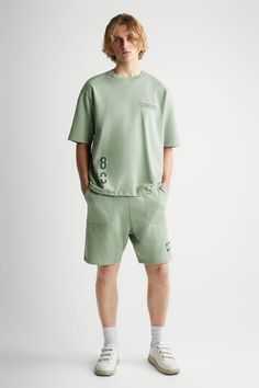 ΒΕΡΜΟΥΔΑ ΣΥΝΟΛΟΥ ΜΕ ΕΠΙΓΡΑΦΗ ΕΜΠΡΙΜΕ | ZARA Greece / Ελλαδα Zara, Printed Shorts, Cut Shorts, Back Patch, Bermuda, Men's Collection, Sportswear, Contrast, Mens Fashion
