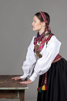 Almankås beltestakk Traditional Outfits, Ethnic, Sari, Textiles, Culture, Norway, Inspiration, Folklore, Clothes