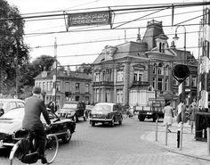 Enschede spoorwegovergang station naar Molenstraat. Denk jaren zestig. Zo jammer dat ze die gebouwen hebben afgebroken. Street Image, Street View, New Times, Netherlands, History, City, Classic, Pictures, The Nederlands