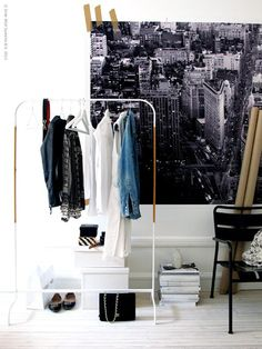 Een kledingrek is handig voor iedereen die net wat bergruimte in de kast tekort komt of voor als je een paar mooie kledingstukken, schoenen en/of tassen tentoon wilt stellen.