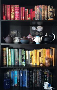 Ways To Organize Your Books (Other Than Alphabetically) How do you organize your home library?How do you organize your home library? Deco Harry Potter, Bookshelf Styling, Bookshelf Ideas, Bookshelf Organization, Bookshelf Inspiration, Book Shelves, Organization Ideas, Organize Bookshelf, Book Shelf Diy
