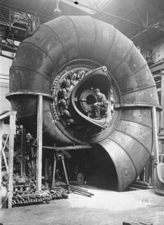 1930 : Building spiral turbines-Love how this looks like a nautilus Zeppelin, Old Photos, Vintage Photos, Pin Up Retro, Steam Turbine, Wind Turbine, Foto Poster, Industrial Revolution, Nautilus