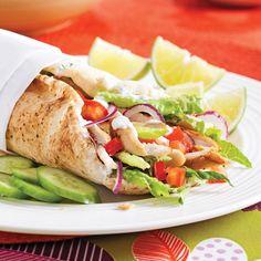 Pitas au poulet et tzatziki - 5 ingredients 15 minutes Pita Sandwiches, Sandwich Recipes, Weeknight Meals, Easy Meals, Vegan Gains, Tzatziki, Fajitas, Food Inspiration, Food And Drink